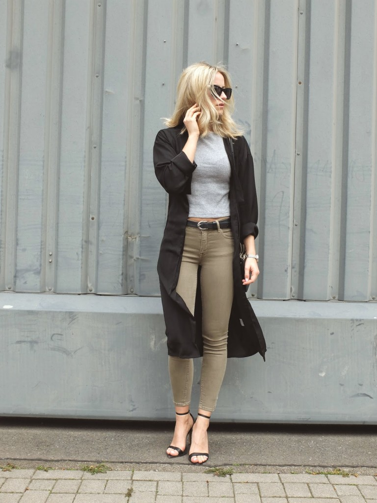 Pistolbabe - khaki jeans & black long coat